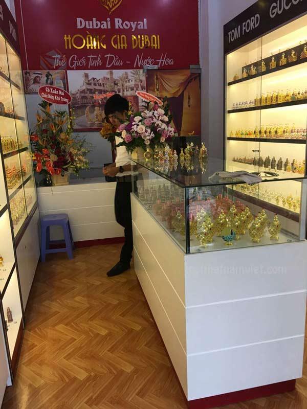 Kệ trưng bày cửa hàng nước hoa