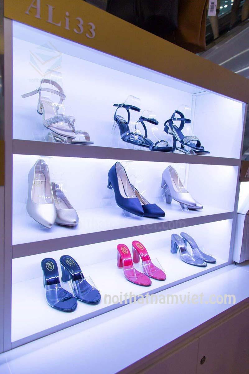 Kệ trưng bày để giày dép tại siêu thị