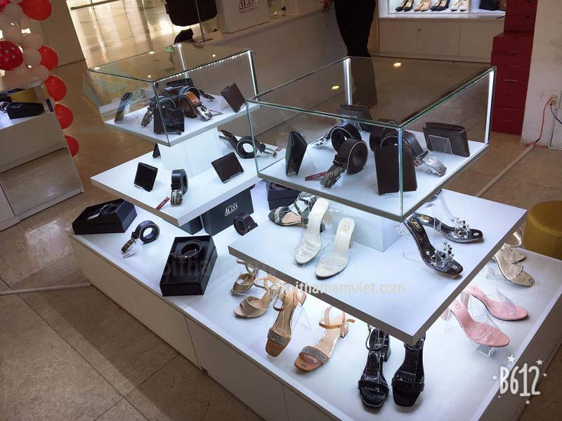 tủ trưng bày giày dép dây nịch