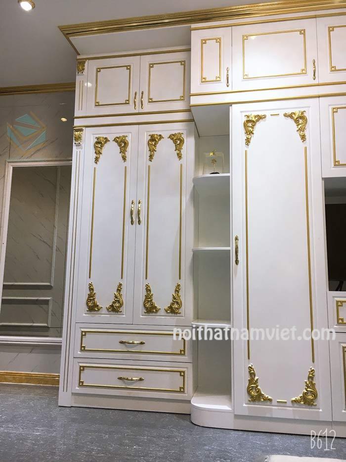Tủ quần áo âm tường gỗ Acrylic màu trắng dát chỉ vàng đẹp