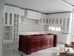 tủ bếp gỗ sồi chữ L màu trắng