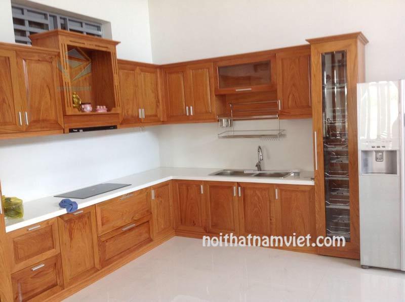 Tủ bếp gỗ gõ đỏ tự nhiên chữ L tân cổ điển đẹp