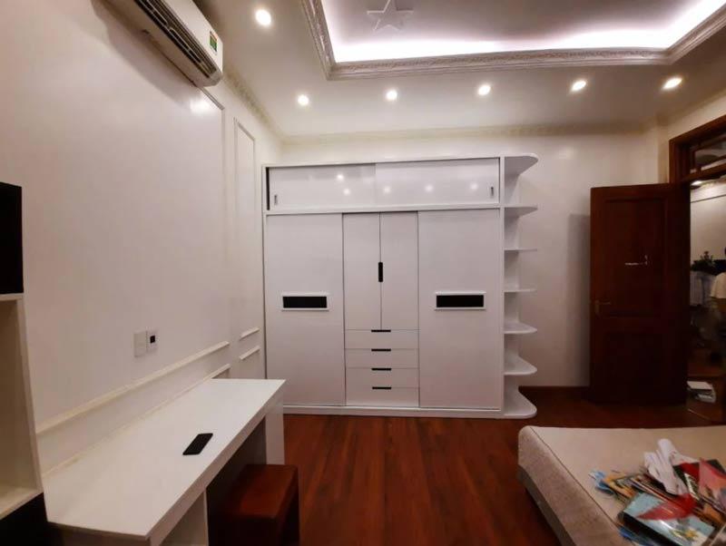 Mẫu tủ quần áo gỗ Acrylic công nghiệp màu trắng mở lùa 3 cánh